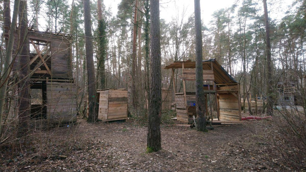 Von den Kindern erbaute Hütten
