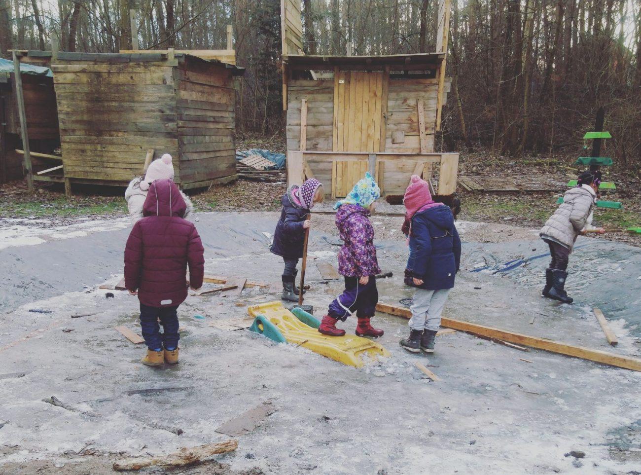 Kinder spielen im Winter auf dem Abenteuerspielplatz