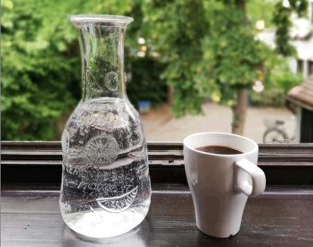 Wasserkrug und Kaffeebecher