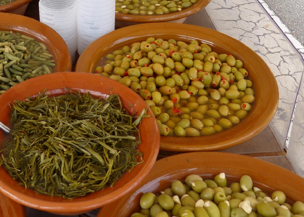 Schüsseln mit Oliven