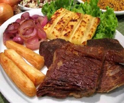 Steak mit Grillkäse und Pommes verfeinert mit Zwiebeln