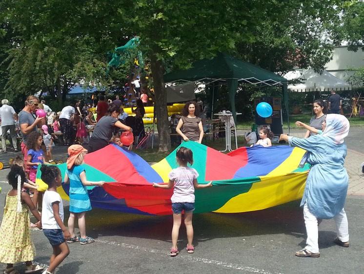 Ballspiel mit Fallschirm