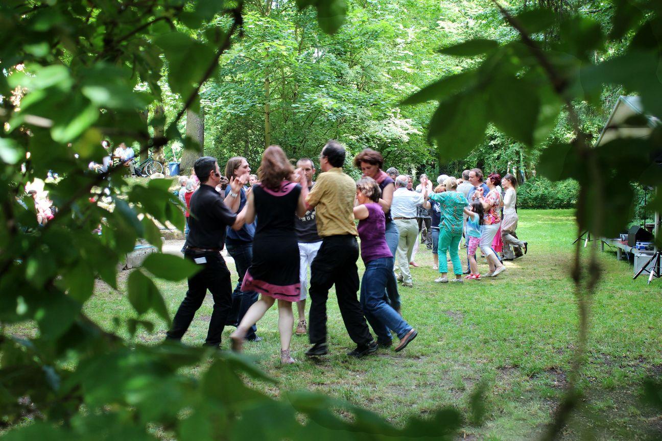 Tanzende Paare im Park der Villa