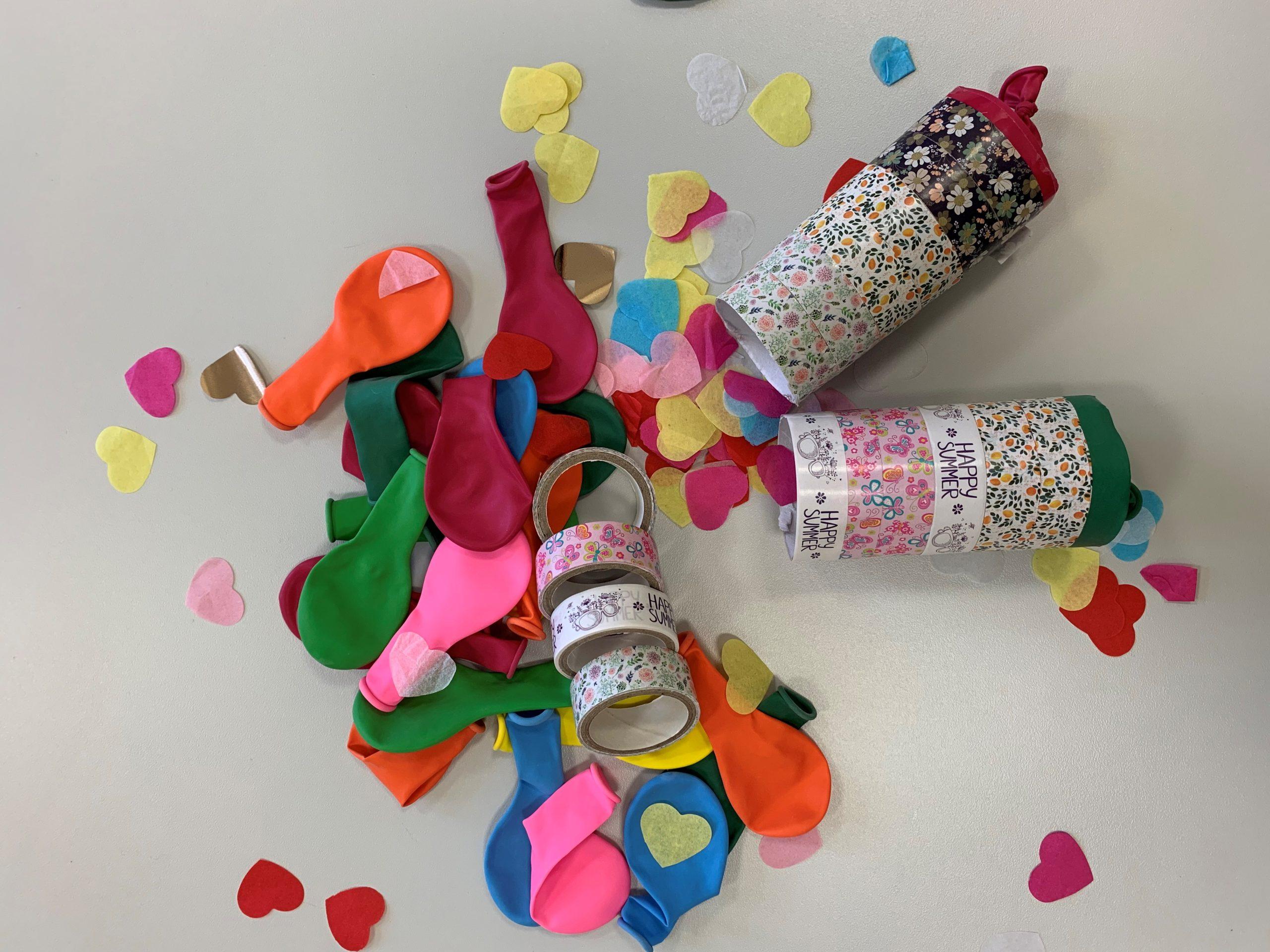 Selbstgebastelte Konfettikanonen mit Konfetti und Luftballons
