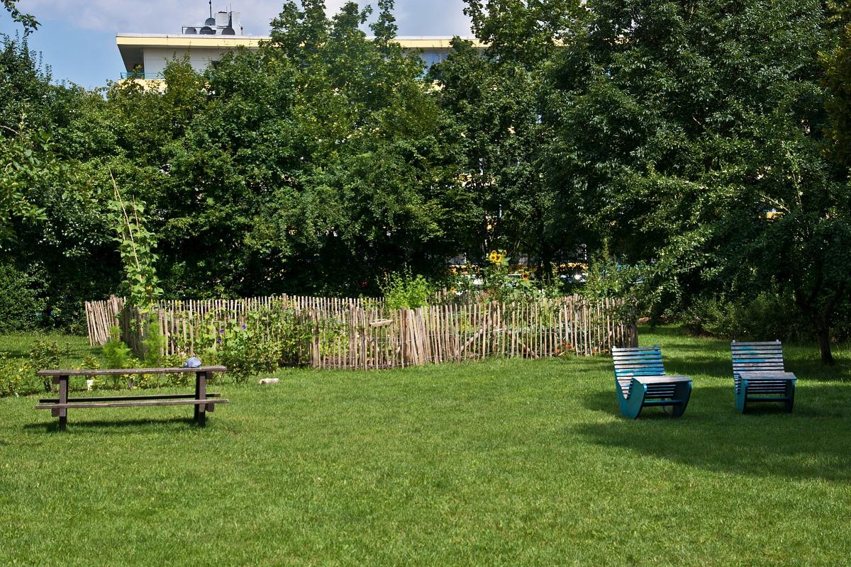 Bänke und Liegestühle im Gemeinschaftsgarten