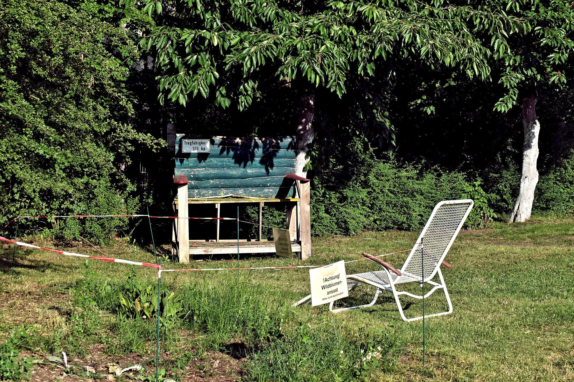 Gartenstuhl und Gartenbank im Gemeinschaftsgarten