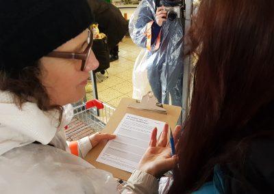 Susanne Hofmann von den Baupiloten hilft beim Ausfüllen