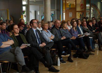 Das Publikum informiert sich über die Workshops