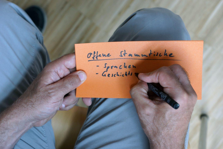 Ein Teilnehmer formuliert Ideen