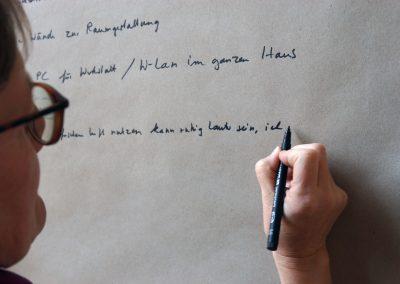 Frau Nägel notiert Ideen aus der Tuschelrunde