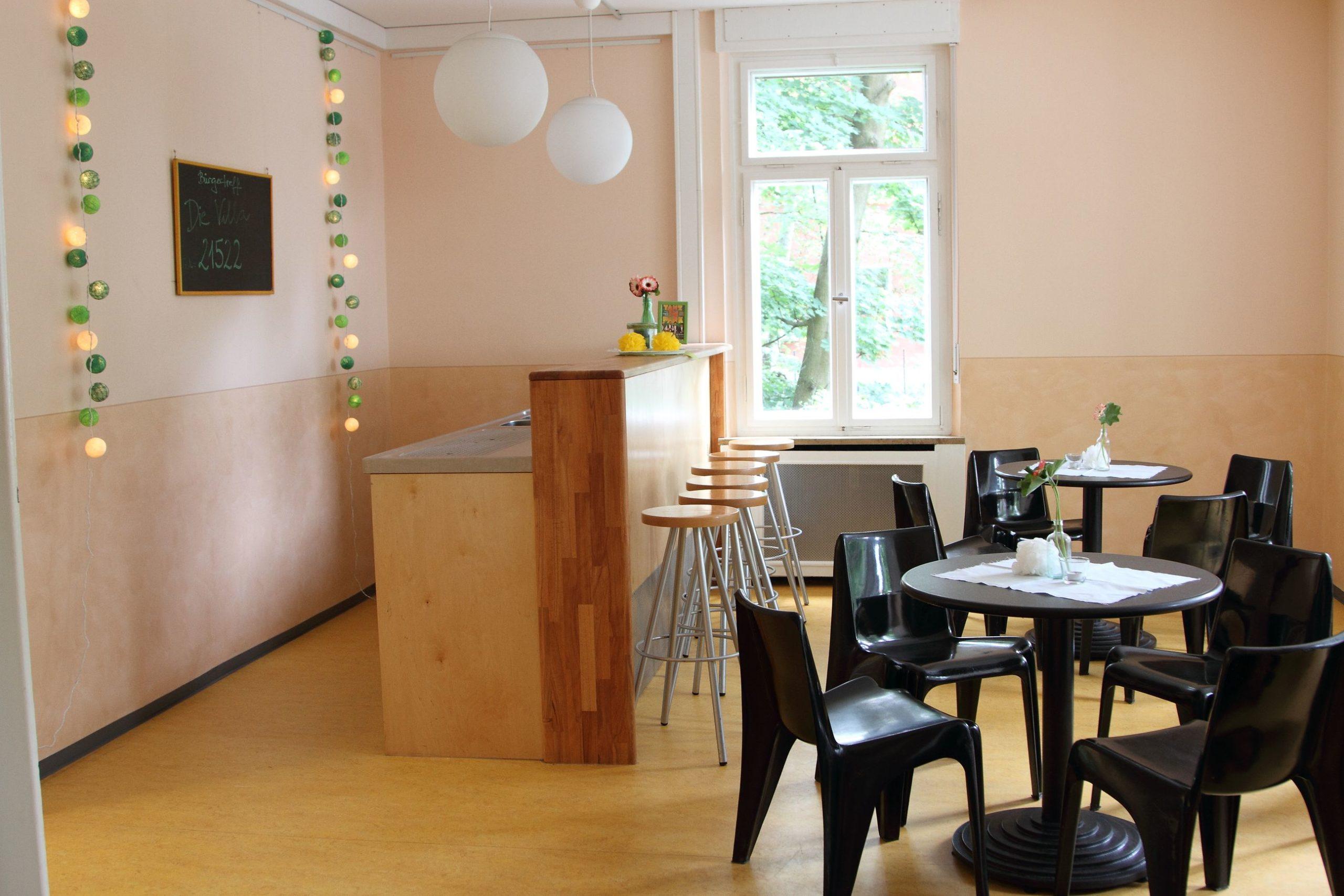 Heller Raum mit Bar und Bistro-Bestuhlung